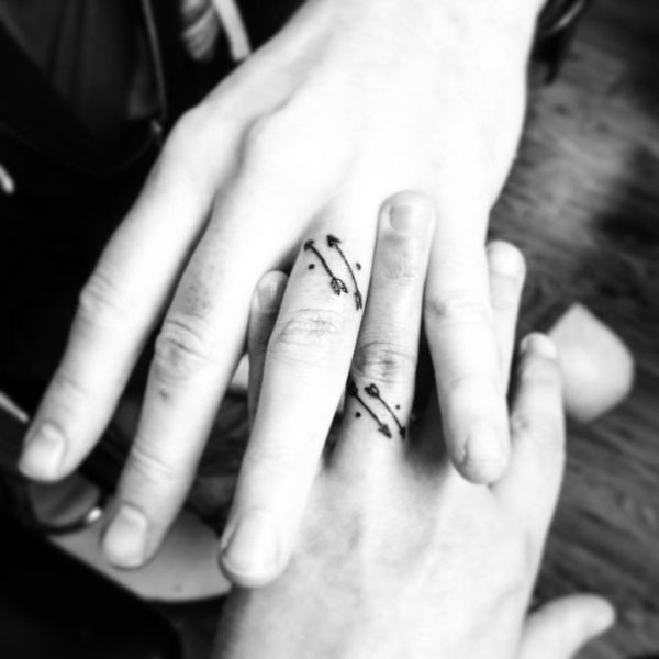 Параллельное тату с обручальным кольцом