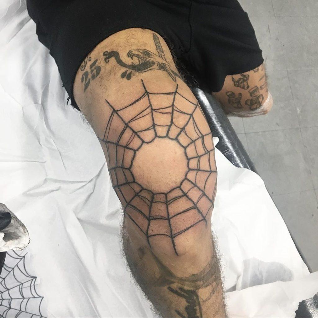 Тату паутина на колене