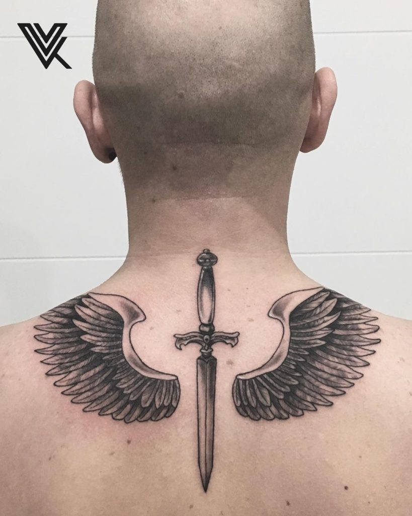 Тату меч с крыльями на спине