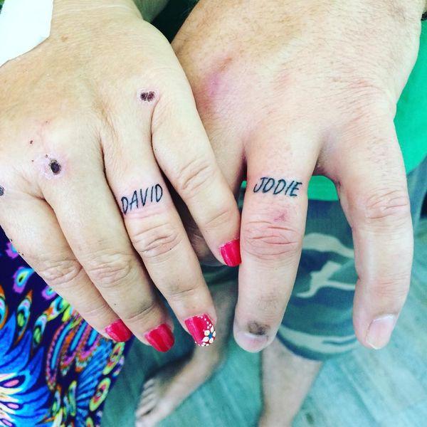 Особые именные татуировки на безымянном пальце