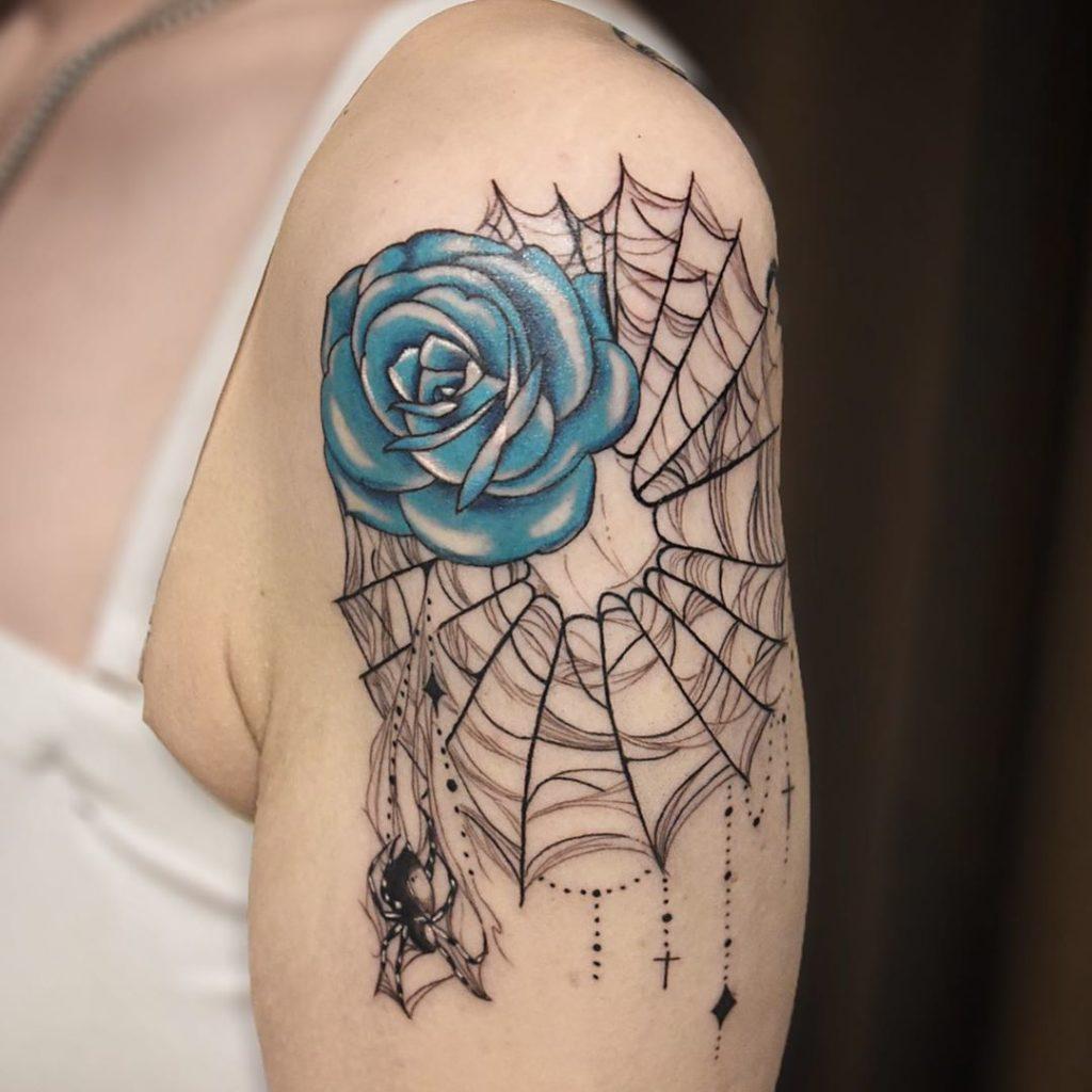 тату паутина на плече с розой и пауком