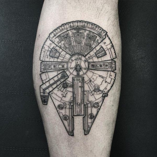 Фантастически детализированная татуировка Millennium Falcon на телеце