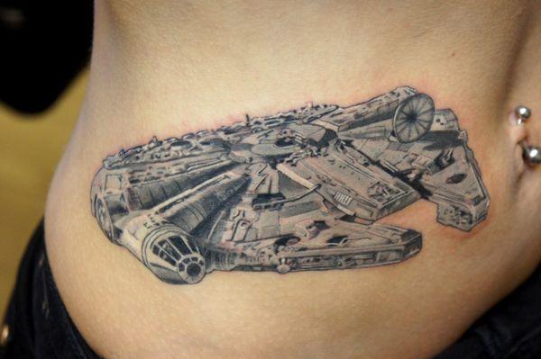 Интересная татуировка Star Wars Millennium Falcon для девочек