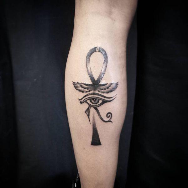 """Татуировка """"Анкх и левое око Ра"""" в черном цвете на икрах для мужчин"""