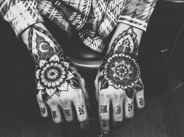 Уникальный египетский знак, дополняющий татуировку на руке