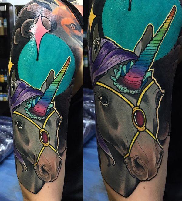 Черная татуировка единорога на рукаве