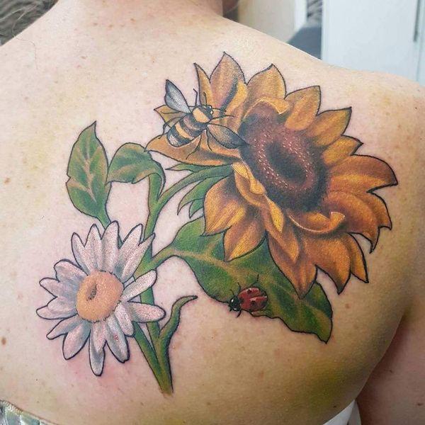 Захватывающая татуировка подсолнуха и ромашки