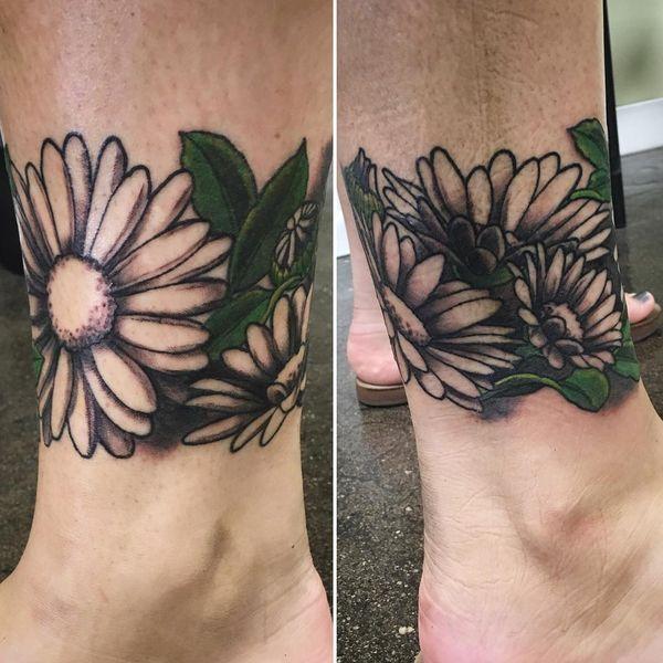 Ромашковый браслет в тату на лодыжке