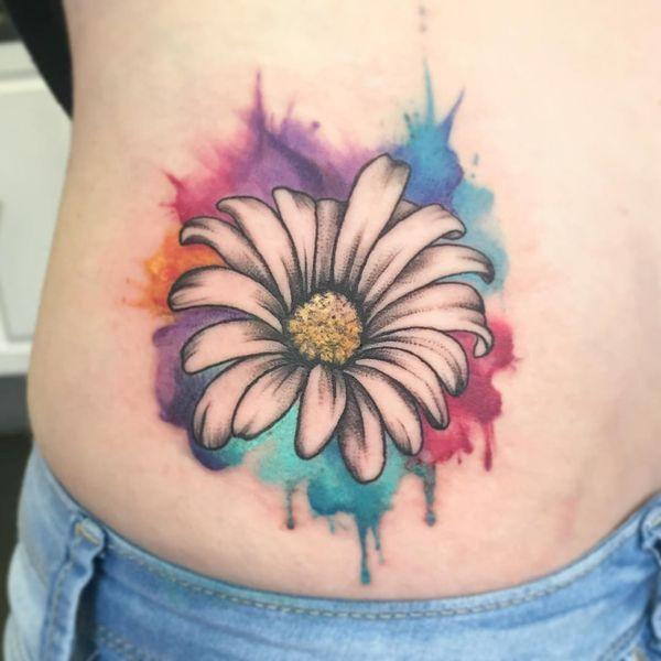 Ромашка в красочной татуировке на боку
