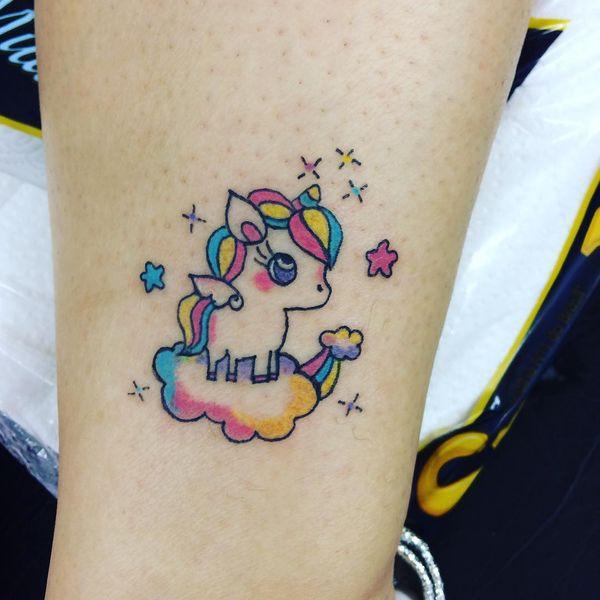 Маленькая татуировка единорога на лодыжке