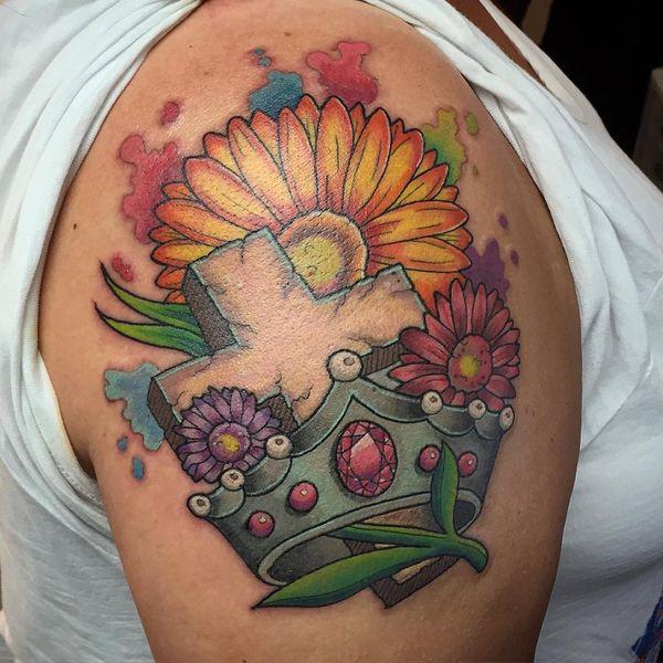 Татуировка креста, короны и ромашки
