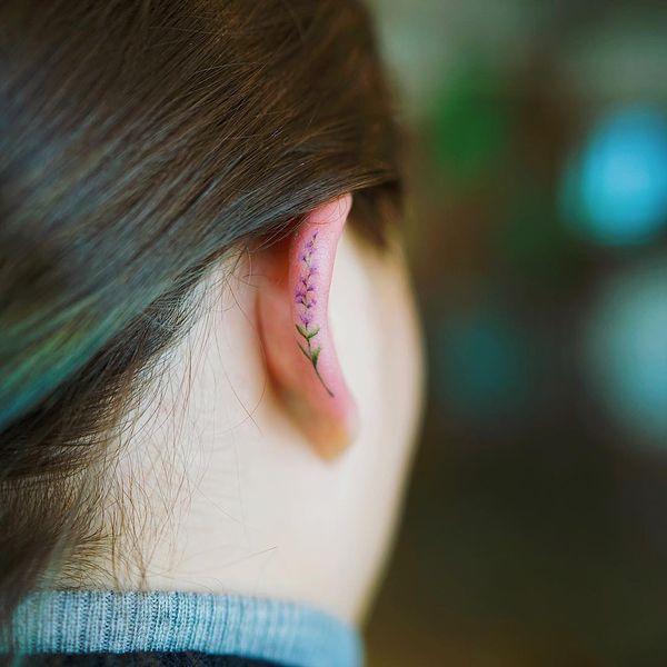 Элегантная цветочная татуировка на задней части уха