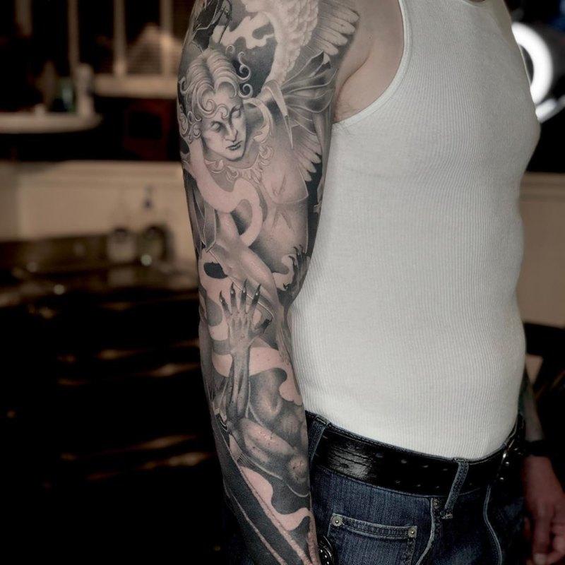 Крутая черно-серая татуировка Святого Михаила