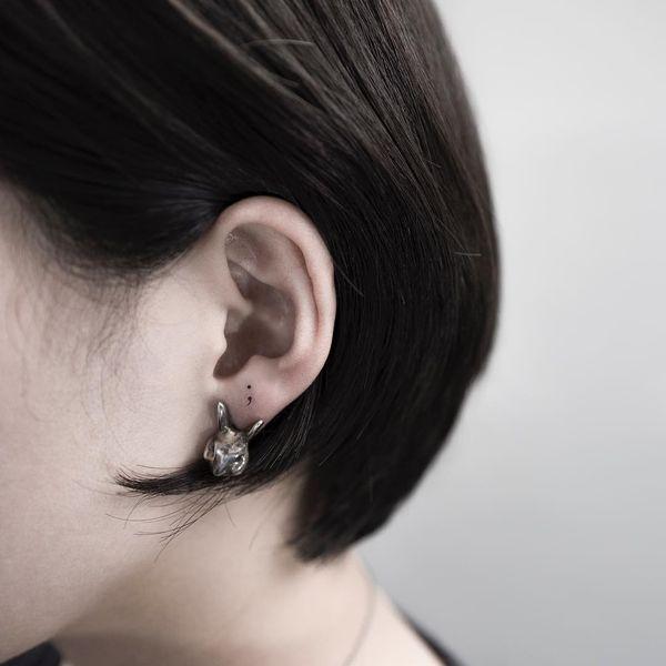 Маленькая точка с запятой в ухе для любителей минимализма