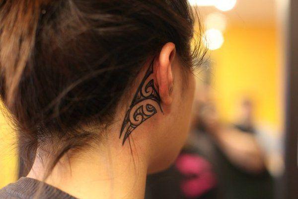 Изысканные татуировки за ухом для девочки