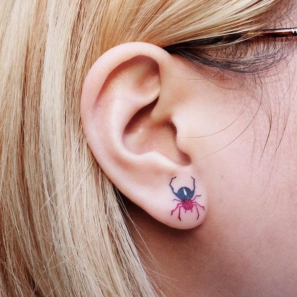 Разноцветные татуировки в ухе