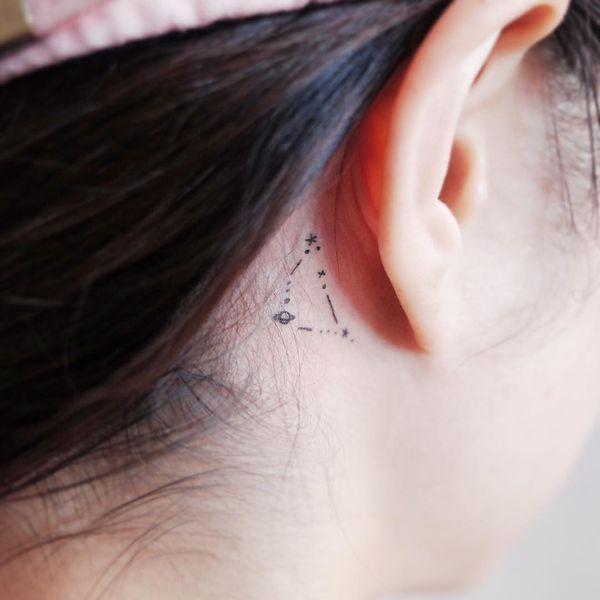 Соблазнительная простая татуировка Созвездие за ухом