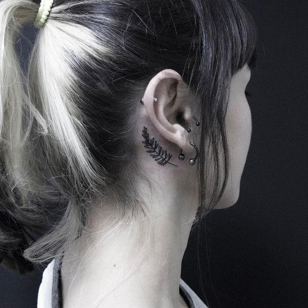 Простая розмариновая татуировка за ухом