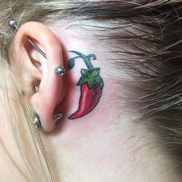 Страстная маленькая татуировка с перцем чили за ухом