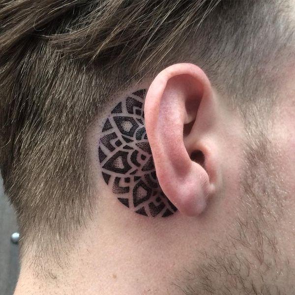 Smashing Dotwork Мандала татуировка за ухом