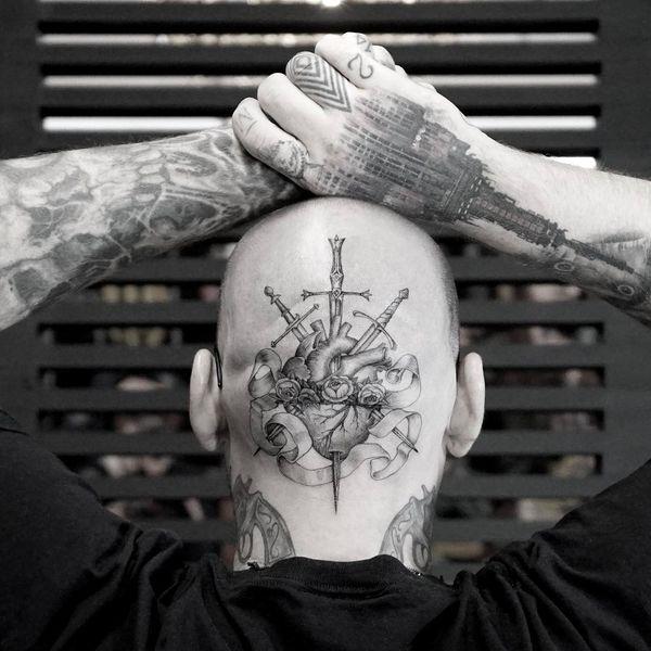 Креативная идея мужской татуировки на голове