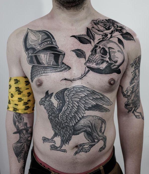 Мужчина с невероятными татуировками, похожими на гравюры