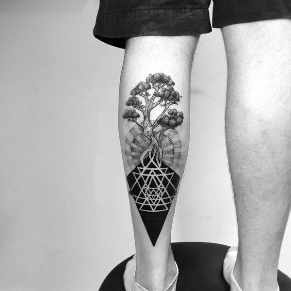 Красивая идея татуировки черного дерева для мужчин