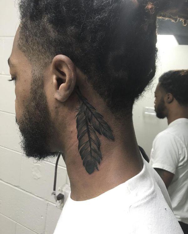 Объемная татуировка с дымчатым пером для мужчин за ухом