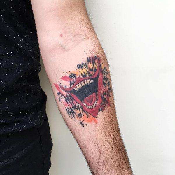 Популярная татуировка улыбка Джокера для мужчин