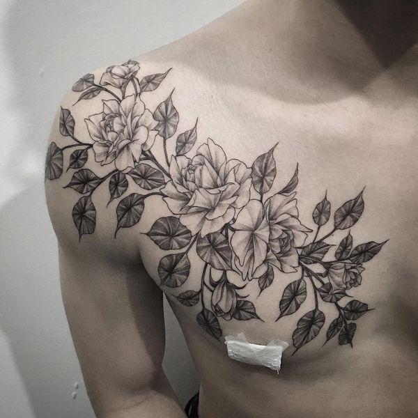 Цветочная татуировка на груди для мужчин