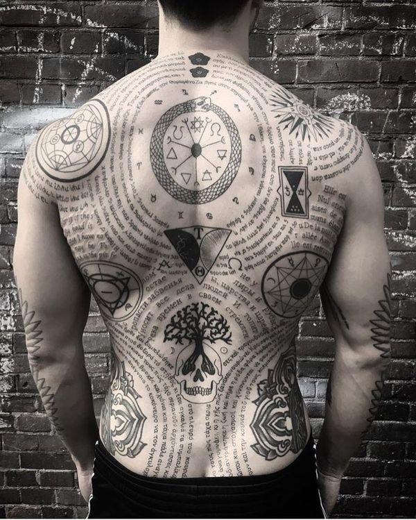 Захватывающая дух идея татуировки на спину для парней