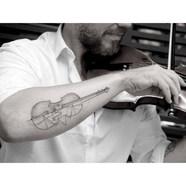 Красивые мужчины с красивой татуировкой скрипки