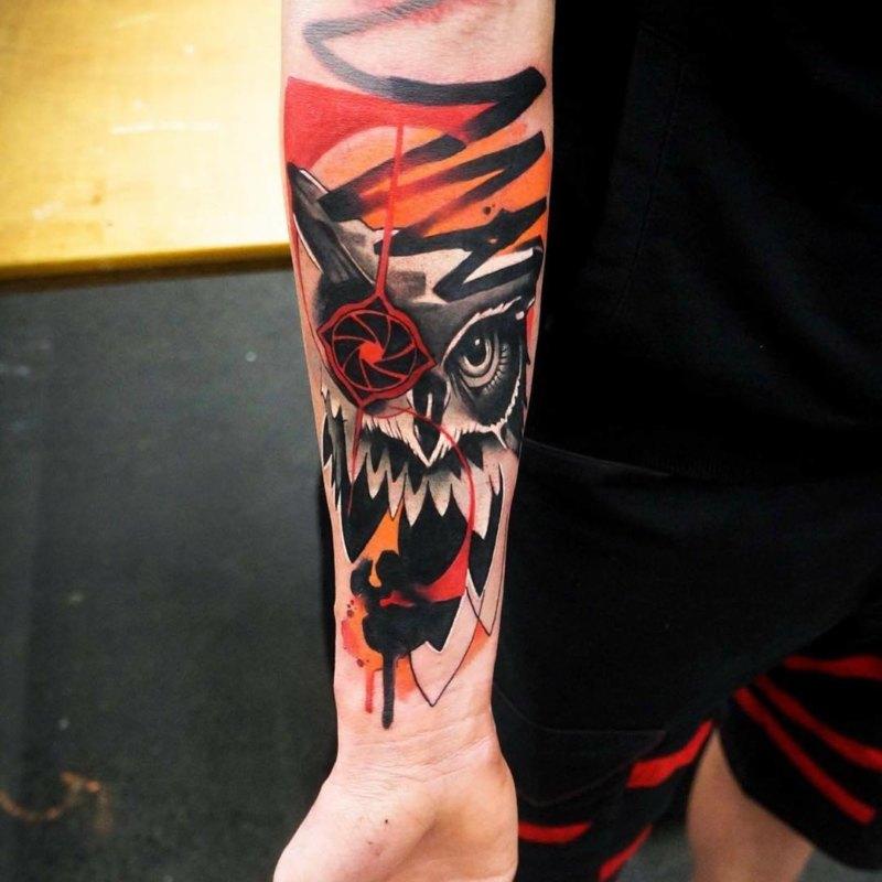 Выразительная мужская татуировка совы