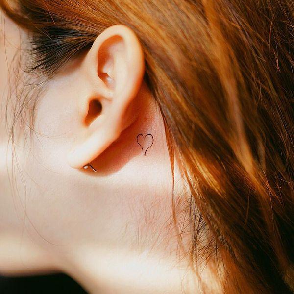 Единственная татуировка сердца позади уха