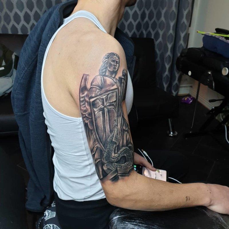 Мощная татуировка святого архангела Михаила как покровителя полиции