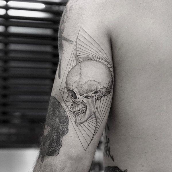 Самая красивая татуировка черепа на тыльной стороне руки