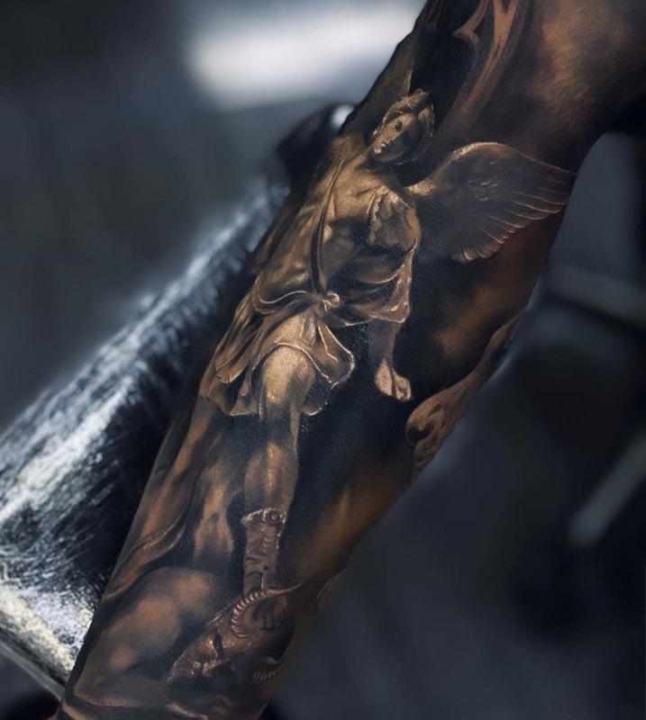 Впечатляющий дизайн татуировки серьезного святого Михаила