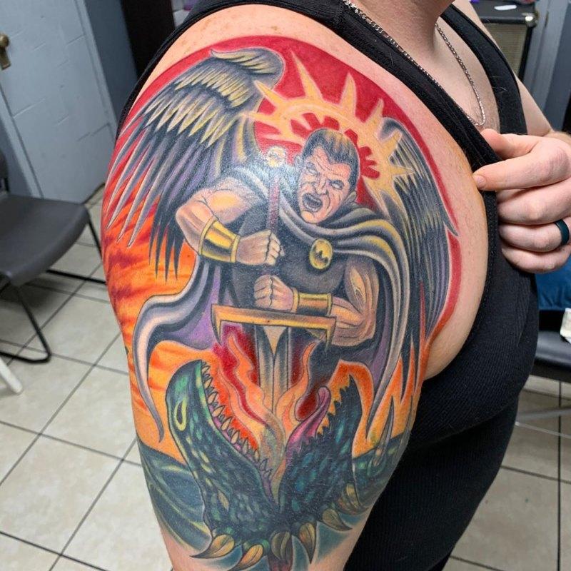 Идеальная татуировка Святого Михаила в виде разгневанного воина на спине