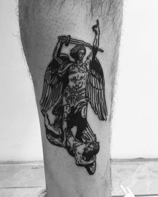 Сильная татуировка на ноге Святого Михаила