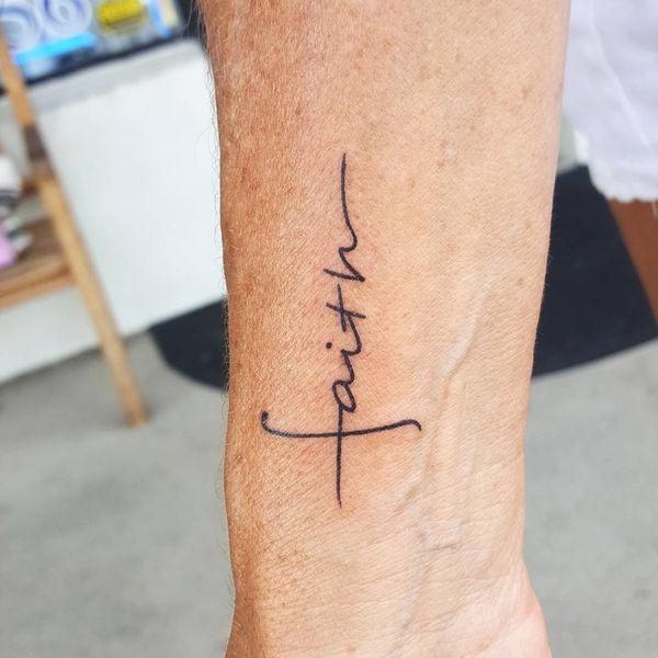 Невероятно острая татуировка мужской веры на запястье