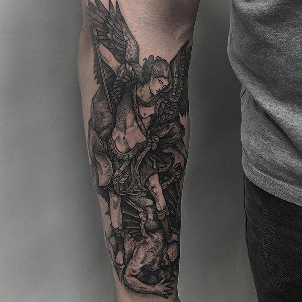 Вдохновляющая татуировка святого Михаила на предплечье в графическом стиле