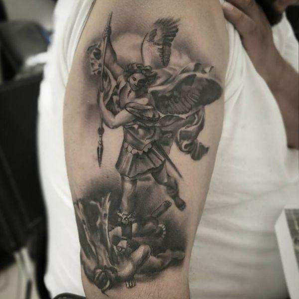 Мягкая серая татуировка Михаила Архангела с ощущением рисунка