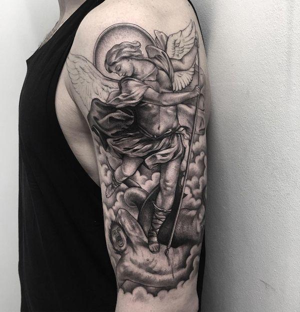 Потрясающая светло-серая татуировка Святого Михаила на плече