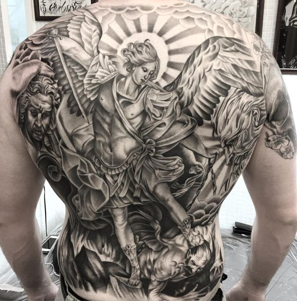 Невероятная идея татуировки Святого Михаила на спине
