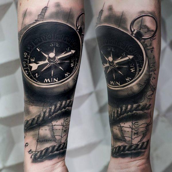 Эффектная черно-серая татуировка 3D компас на предплечье