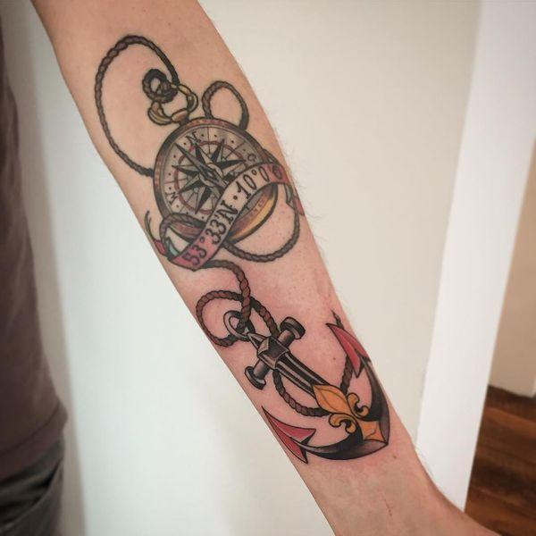 Татуировка якорь и роза компаса на руке