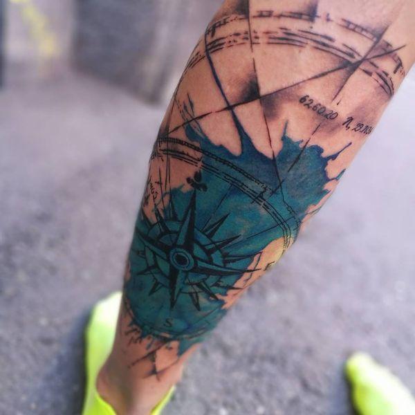 Ярко-синяя морская звезда компас тату на икре