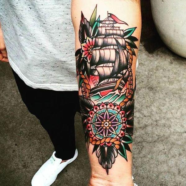 Красочный олдскульный компас с татуировкой корабля на предплечье