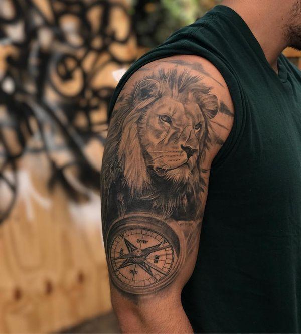Сказочный реалистичный компас и тату лев на рукаве