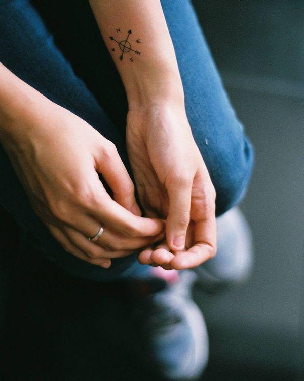 Тату крошечные скрещенные стрелки и компас на руке